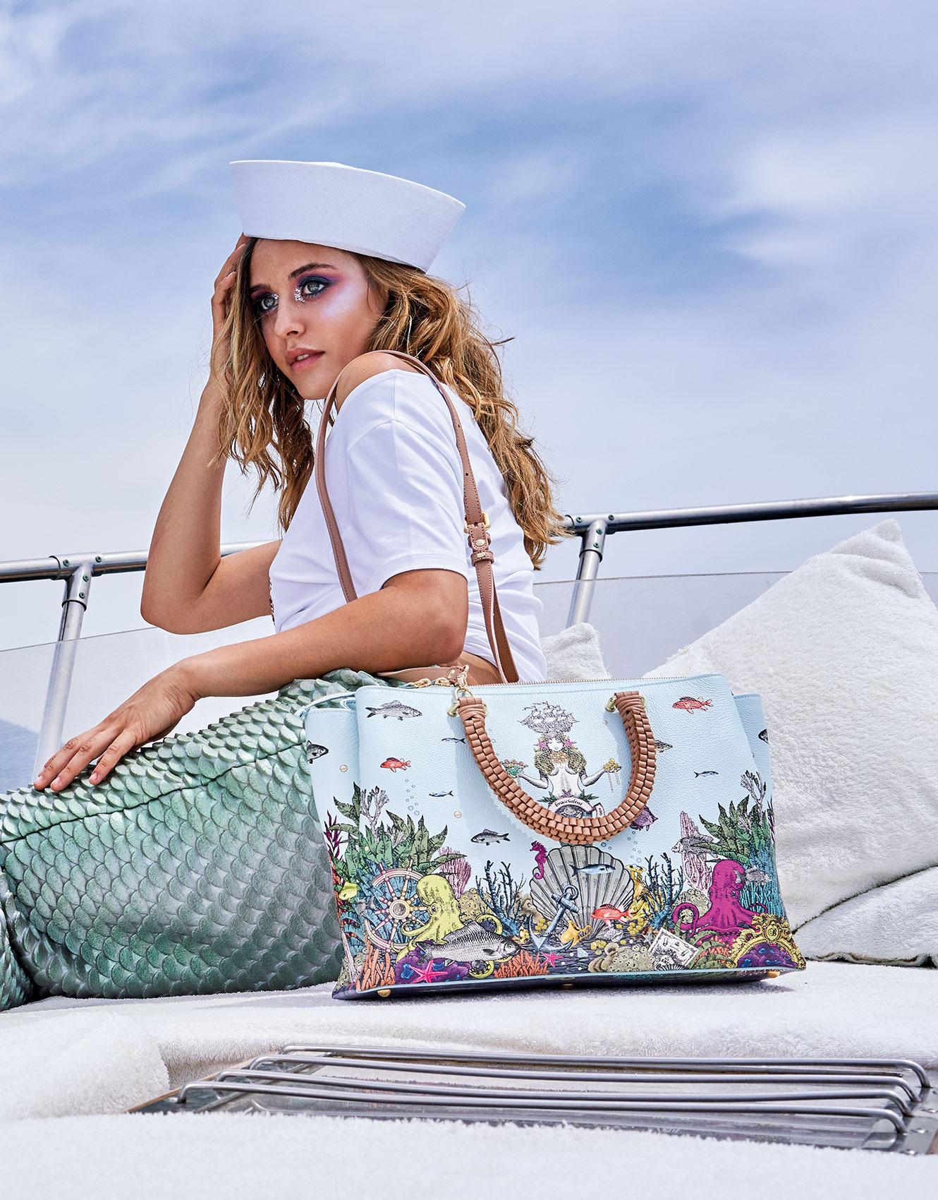 Modella con costume da sirena veste la borsa Zoe Print di Braccialini