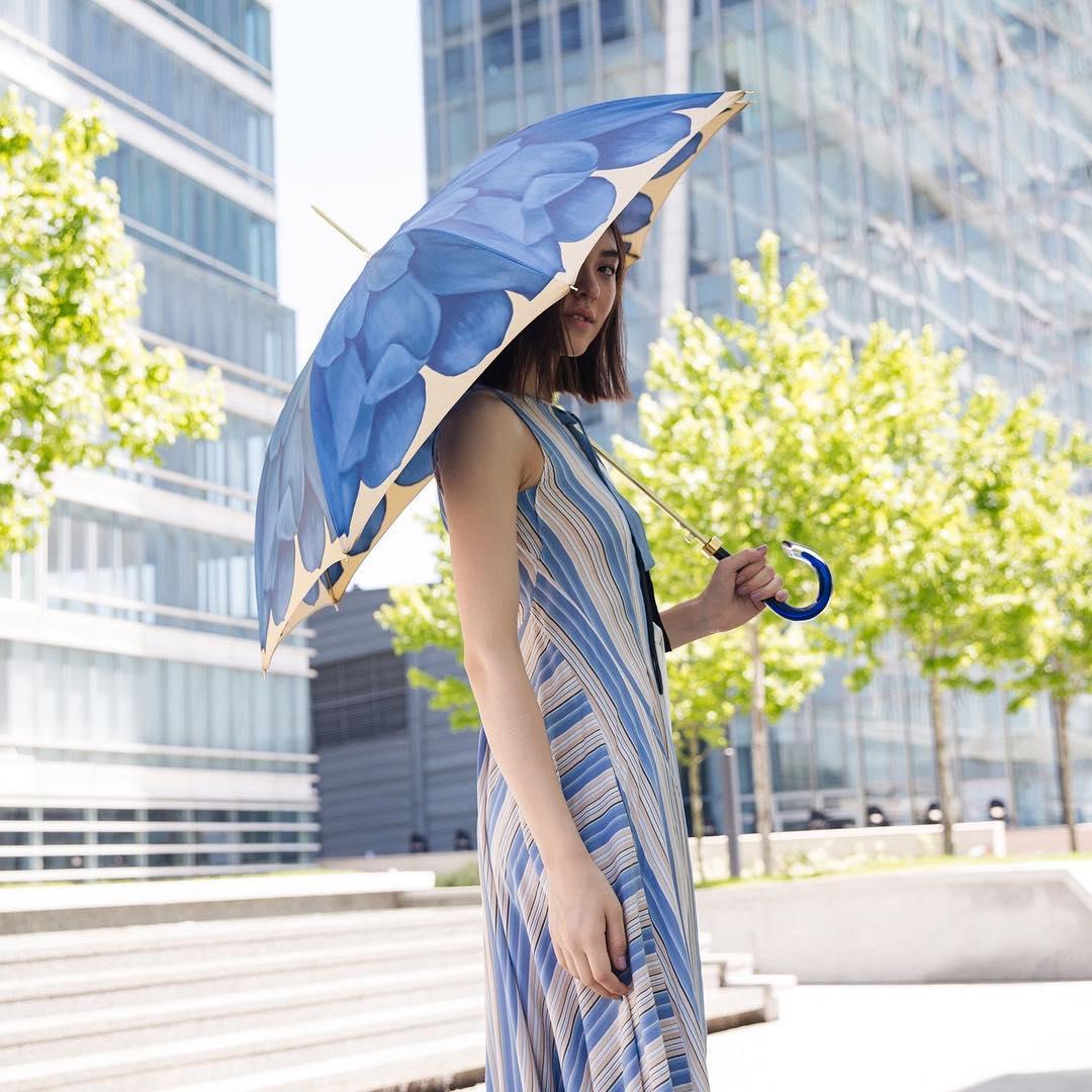 Ombrello da donna a tessuto doppio con fantasia di petali di dalia di Ombrelli Pasotti