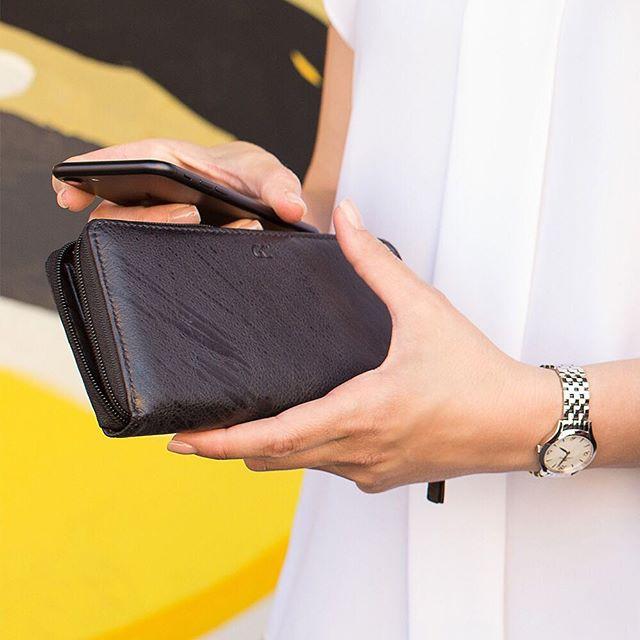 Portafoglio porta carte e monete da donna con linguetta, collezione New Planet di Gianfranco Corti, color marrone