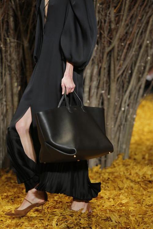 Large Envelope Pleat Tote in pelle nera della nuova linea Khaite Luggage, collezione autunno inverno 2019