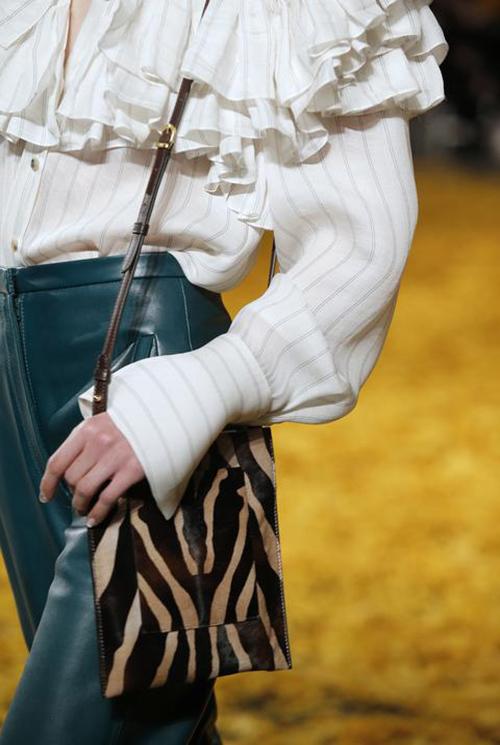 Crossbody Bag in zebra della nuova linea Khaite Luggage, collezione autunno-inverno 2019